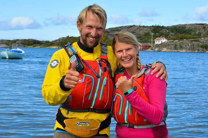 """Våra underbara kunder, paret Ingela Holgersson och Marcus Holgersson lever av sitt största intresse – friluftsaktiviteter på och i havet. De driver Skärgårdsidyllen och tar emot sina gäster året runt i Grönemad och på Koster. Kajakpaddling 🚣♀️ och SUP (Stand Up Paddle) 🏄♂️ är några av de äventyr de sysslar med. De guidade turerna kan variera från en halvdag till flera dagar med övernattning. De har också utrustning att hyra om man har erfarenhet sedan tidigare.   """"Den gemensamma grundbulten som vi båda brinner för är vattnet och havet"""", berättar Ingela. Hon är uppvuxen i Grebbestad men har bott några år i Göteborg där hon träffade sin Marcus. När deras två barn var små tillbringade familjen en längre tid i Costa Rica, där de passade på att gifta sig på stranden. 🌎🏝️ I Costa Rica fick de inblick i hur människorna levde """"Pura Vida"""" – """"Det rena livet"""". Många drev egna familjeföretag och njöt av att få arbeta med de tillgångar som fanns i närområdet. Något etsade sig fast hos Ingela och Marcus. Efter hemkomsten gav de upp stadslivet i Göteborg för att flytta tillbaka till Ingela´s rötter, och satsa på drömmen om sitt eget """"Pura Vida"""".   """"Väl på plats drog vi igång babysim i Strömstad. Det är något vi fortfarande håller på med, och som vi tycker är ett underbart sätt för föräldrar att få umgås med sina små"""", säger Ingela. Paret driver också """"Kustsimmarna"""" som är simskola i Grönemad och Fjällbacka för barn och vuxna. 🏊♂️  Därefter byggde paret ett gästhus i Grönemad som de började hyra ut till turister. När de upptäckte att det gamla dykcentret i Grönemad stod tomt väcktes idén om ett kajakcenter. Planerna för lokalen ändrades och turligt nog hade Ingelas pappa en sjöbod i Grönemad där de fick testa sin kajakverksamhet. Pappan som är gammal fiskare tyckte att det inte kunde skada om det hängde några kajaker på utsidan. """"Några kajaker"""" blev snabbt fler. Skärgårdsidyllen flyttade in i sjöboden där det nu hänger kajaker och surfbrädor högt och lågt.   Ingela och Marcus är in"""