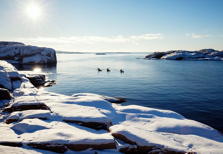 Vi tycker Bohuslän har världens vackraste skärgård! Håller du med!? Följ med på en paddlingstur med Skärgårdsidyllen och upplev det karga och unika Bohuslandskapet i vinterskrud.  https://www.vastsverige.com/tanum/produkter/skargardsidyllen-kayak-outdoor/?site=5  Fler paddlingsupplevelser i Bohuslän: https://www.vastsverige.com/naturupplevelser/paddla-i-bohuslan/  Foto Roger Borgelid